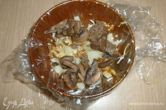 Слои: тертый картофель, часть орехов, шампиньоны.