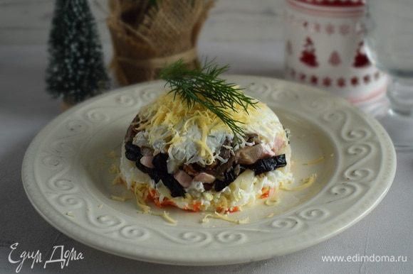 При подаче развернуть пленку и перевернуть пиалу на тарелку, снять пленку. Салат украсить зеленью. Приятного аппетита!