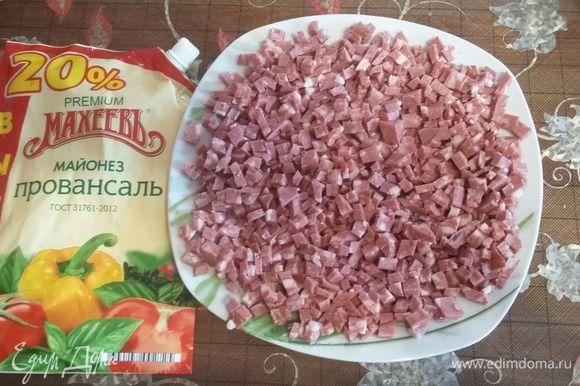 Колбаску режем мелким кубиком.Выкладываем первый слой, смазываем майонезом.