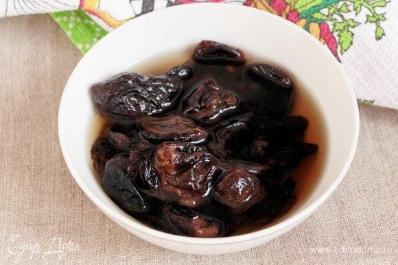 С чернослива слить остывшую воду и залить его коньячком (100 мл), оставить его «пьянеть» минут на 30-40.