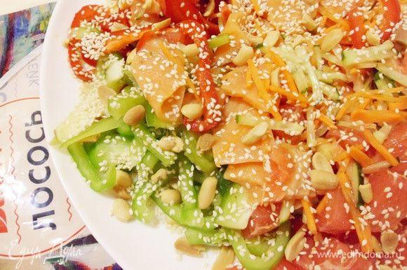 Затем посыпать салат оставшимися кунжутом и арахисом.