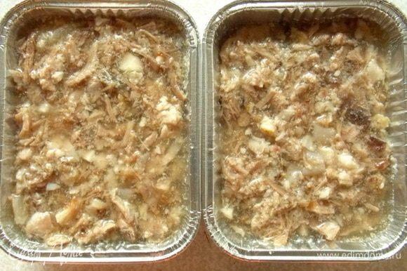 Остальной бульон влить в резанное мясо голяшки и перемешать. Выкладываем массу на горчичный слой и убираем на холод до застывания. Вообще лучше на ночь.
