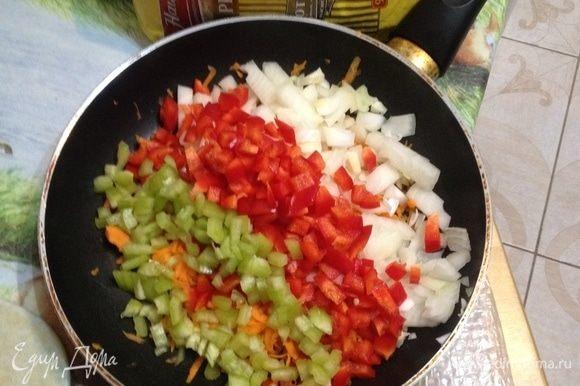 Приготовить соус: перец освободить от сердцевины, лук и морковь очистить. Перец и лук мелко нарезать, морковь натереть на терке. Разогреть растительное масло в глубоком сотейнике и обжарить овощи 5 мин.