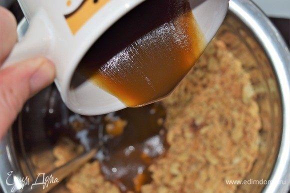 Испеченное тесто раскрошите и разложите в две глубокие миски: 2/3 теста в одну и 1/3 теста во вторую. В миску с 2/3 теста добавьте мелко покрошенные орехи, перемешайте и влейте весь карамельный соус. Тщательно перемешайте. В миску с 1/3 теста добавьте мак, перемешайте и вылейте медовый соус. Перемешайте.