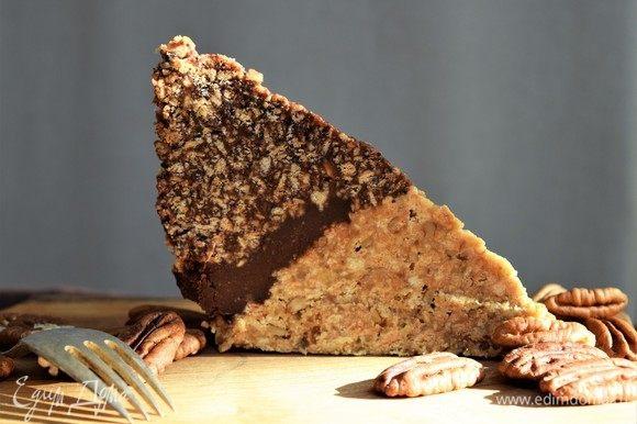 Перед подачей на стол украсьте торт орехами и оставьте на полчаса при комнатной температуре. Приятного аппетита!