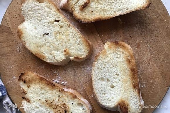 Хлеб обжарьте на сковороде до золотистой корочки.