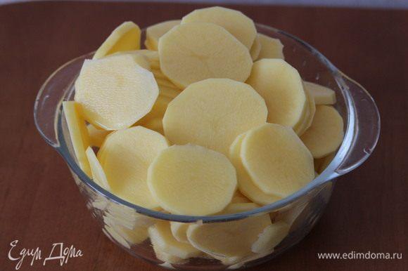 Картофель нарезать мелкими пластиками и выложить сверху.