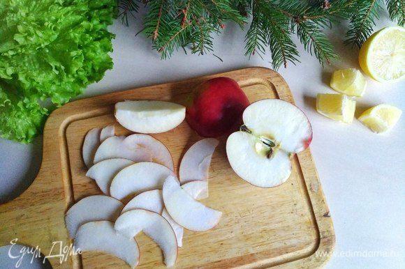 Затем берем яблоко и так же режем его тонкими слайсами. Обязательно сбрызгиваем его соком лимона, потому что оно быстро окисляется и теряет свой привлекательный вид.