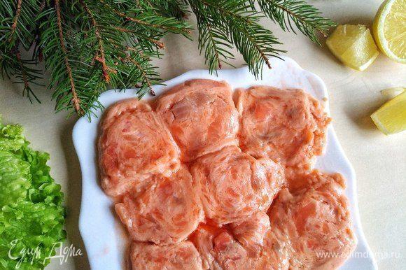 Возьмем красную рыбку. У меня это медальоны из семги и форели. Сбрызгиваем кунжутным маслом и солим по вкусу. В сковороде разогреваем оливковое масло и обжариваем с двух сторон. По три минутки с 2-х сторон. Важно не пережарить рыбку.