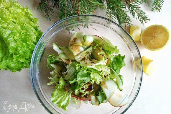 Поливаем большей частью этой заправки наш салат. Перемешиваем. Выкладываем салат горкой на отдельную тарелку, на которой будем подавать блюдо.
