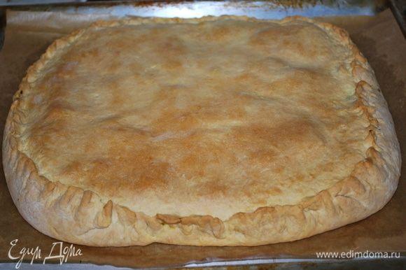 Готовый пирог сверху смазать сливочным маслом.