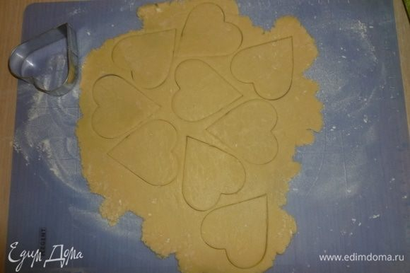 Включить духовку разогреваться до 180°С. Охлажденное тесто поочередно раскатать в пласт толщиной 4-5 мм. С помощью формочки (в рецепте использовалась форма диаметром 4 см.) вырезать белые и шоколадные сердечки.