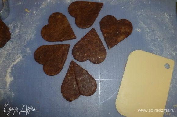Шоколадные сердечки разрезать вдоль пополам.
