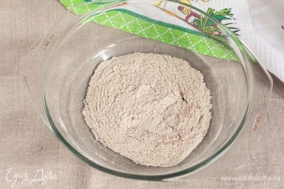 Если на момент приготовления биточков у вас не оказалось измельченных сухариков, то можно поджарить до румянца цельнозерновую муку на сковороде или в микроволновой печи. Я часто этим пользуюсь. В этот раз у меня цельнозерновая смесь пшеничной и ржаной муки.