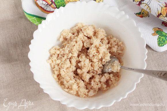 Добавить в фасолевый фарш 0,5 ст. л. молотых сухарей, 1 щепотку смеси перцев молотых и 1 щепотку морской соли. Еще раз тщательно перемешать.
