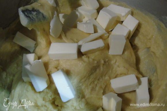Добавить нарезанное кусочками сливочное масло и вымешивать, пока все масло не войдет, и тесто не начнет отходить от стенок чаши.