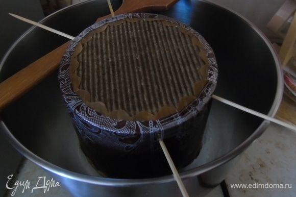 Аккуратно выньте из духовки, проткните деревянными шпажками у основания и повесьте остывать минимум на 3 часа. Если вы печете в металлических формах, то положите на бок.