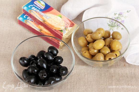 Для приготовления закусочных шариков первым делом подготовим оливки черные и зеленые (по 1 банке), которые должны быть без косточек. Самый маленький вес чистого продукта я брала 90 г одного сорта и оливок хватило впритык. Лучше подстраховаться и взять баночку чуть большего веса. Можно, конечно, взять одного цвета, но два интересней. Итак! Оливки необходимо обсушить от маринада.