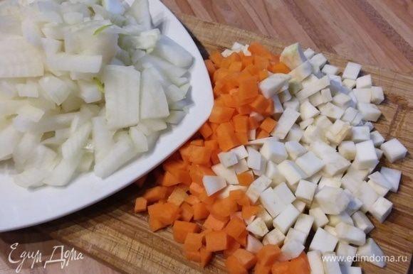 Лук, корень сельдерея, петрушки, чеснок и морковь нарезать кубиком. Болгарский перец также нарезать кубиком.