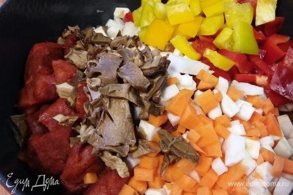 В жаровню отправить следующие ингредиенты: мясо, лук, чеснок, сельдерей, петрушку, морковь, болгарский перец и нарезанные грибы (жидкость, в которой замачивались грибы, сохранить).