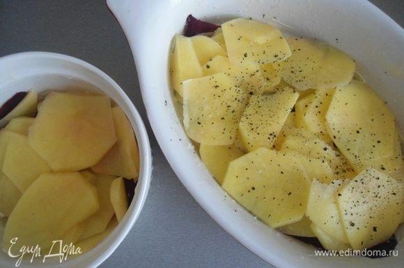 Формочки (или одну большую) смазать сливочным маслом и слоями выкладывать свеклу и картофель. Каждый слой солить и перчить по вкусу.