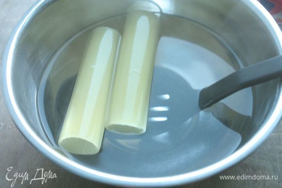 Каннеллони опустите в кипяток на одну минуту, после чего аккуратно начините их начинкой.
