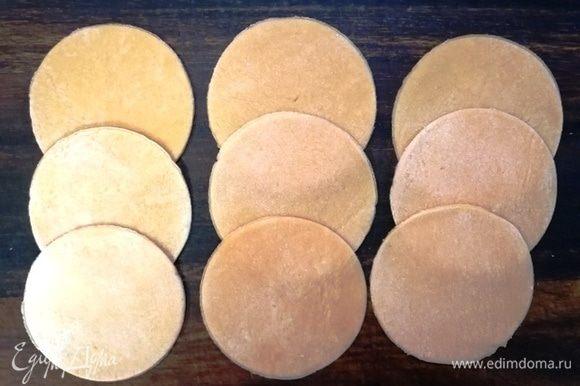 Раскатываем тесто в пласт толщиной не более 1 мм. Формочкой вырезаем круги.