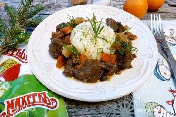 Когда лосятина приготовится гарнировать ее рисом, посыпать зеленью. Приятного аппетита!