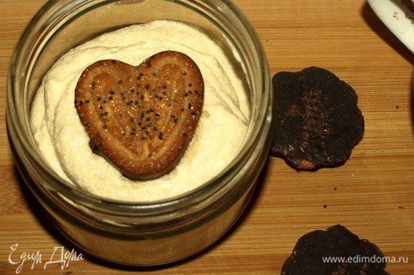 Сверху на последний слой крема кладем печенье. Печенье можно положить не пропитанное, но я слегка пропитала его кофе. Десерт готов. Можно поставить в холодильник, а можно есть сразу.