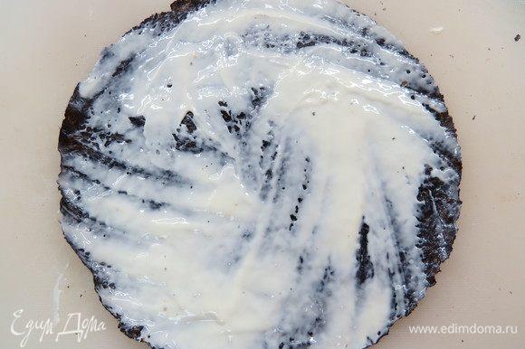На лист нори намазываем тонкий слой сливочного сыра и кладем на рисовый слой сыром вниз.