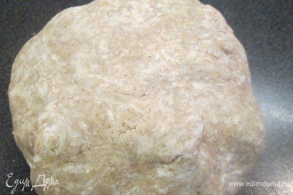 Формируем из теста шар. Затем, завернув его в пищевую пленку, отправляем в холодильник на 30 минут.