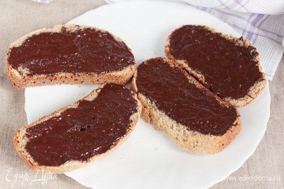 На каждый ломтик (у меня их 8 штук) нанести растопленный шоколад или другую начинку по вашему желанию.