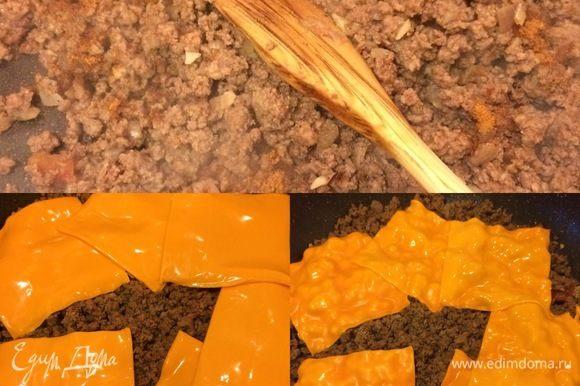 Спустя указанное время (жидкость должна вся выпариться) положить сверху кусочки сыра, накрыть крышкой и тушить еще 4–5 минут.