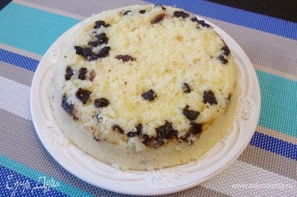 Перевернем пирог из формы на тарелку.