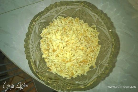 После этого каждый из испеченных блинов также нарезаем тонкой соломкой и добавляем в общую салатницу к ранее порезанному куриному окорочку.