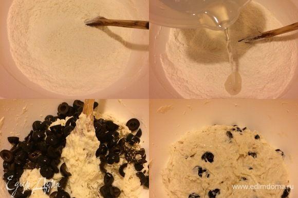 Оливки обсушить и нарезать. В миску просеять муку, добавить соль, дрожжи и перемешать. Затем добавить воду комнатной температуры и перемешать все хорошо деревянной ложкой, потом добавить оливки, розмарин и еще раз все хорошо перемешать. Затянуть миску пленкой и оставить на 12-18 часов (я оставила на кухне при +19°С на 14 часов).