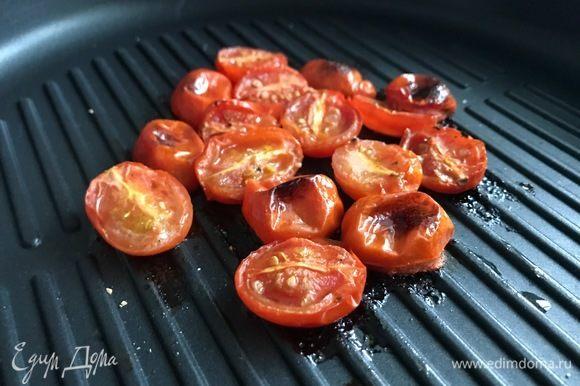 Помидоры разрезаем на половинки, сбрызгиваем оливковым маслом и лимонным соком, солим, перчим. Отправляем в духовку режим гриль, готовим до появления румяной корочки.