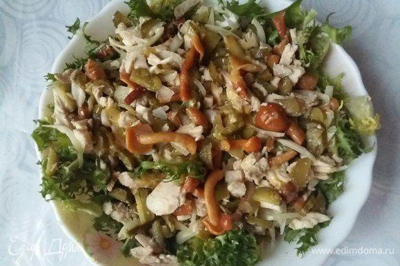 Теперь на блюдо, в котором будем подавать салат, выложить половину упаковки ажурного салата фриссе. Сверху приготовленный салат. Очень сытно.