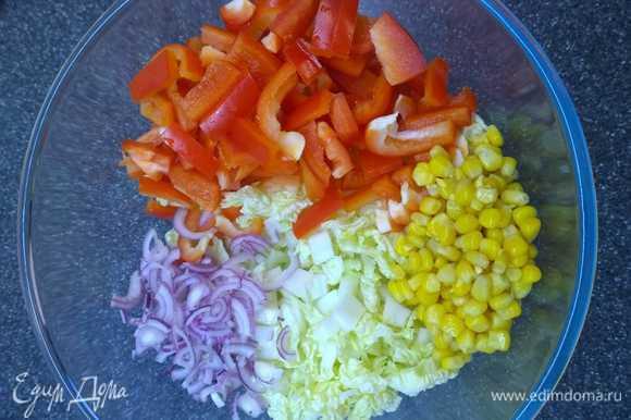 Мелко режем капусту, болгарский перец тонкой соломкой, лук полукольцами, добавляем кукурузу.