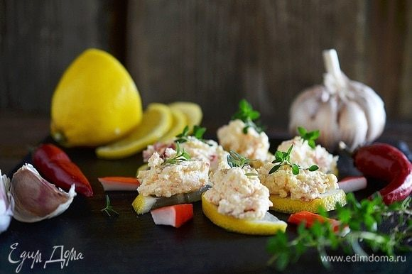 Выложите салат на лимонные дольки и подайте к столу. Приятного аппетита!