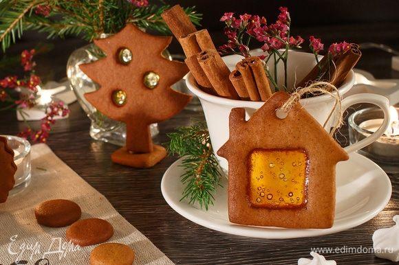 Перед выпечкой в печенье можно сделать отверстия, чтобы потом продеть в них веревочки. Тогда у нас получатся прекрасные сладкие елочные игрушки. Приятного аппетита!