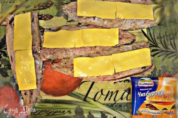 Пластины сыра Hochland разрезать пополам и выложить вдоль рыбного филе.
