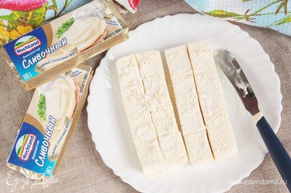 Плавленый сливочный сыр Hochland (200 г) разрезать на равные кубики (каждый на 8 частей). Посыпать кукурузной мукой.