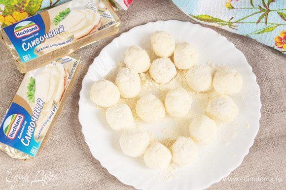 Из каждого сырного кубика сформовать пальцами шарик, обвалять в кукурузной муке и покатать по припыленной кукурузной мукой поверхности. Удобно прям на тарелке.