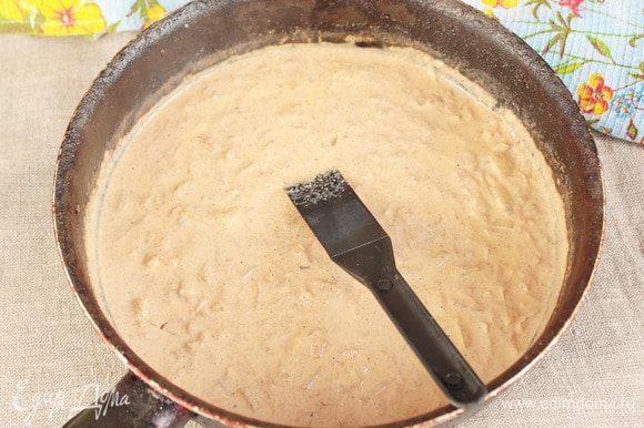 Добавить сливки любой жирности (200 мл). Перемешать. Довести до кипения и немного протушить.