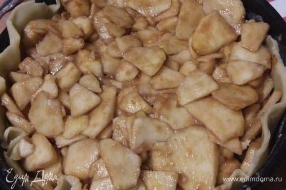 Наполнить яблочной начинкой. Сок, который выделили яблоки, вылить. Начинки получается много, его нужно легонько утрамбовать.