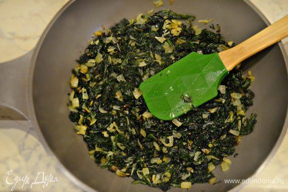 На оливковом масле обжарьте два раздавленных зубчика чеснока, затем выньте их из масла, они нам больше не понадобятся. Обжарьте в этом же масле лук до золотистого цвета, добавьте шпинат и потушите в течение 3 минут, помешивая. Приправьте солью и перцем.