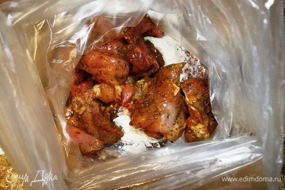Курицу выкладываю в полученную смесь и хорошо трясу пакет. Каждый кусочек получается в панировке.