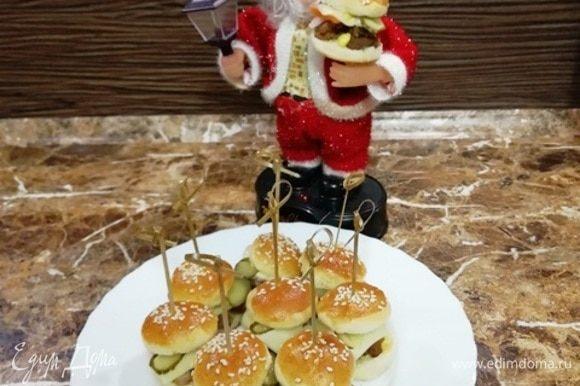 Чтобы вы поняли размер бургеров, одним из них вас угощает Дед Мороз высотой 18 см. Приятного аппетита!
