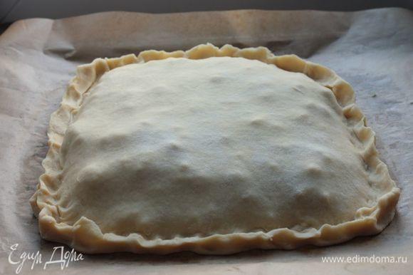 Накройте начинку вторым куском теста и тщательно скрепите тесто по краям.